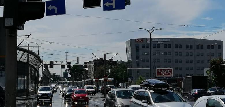 Awaria tramwaju na Kromera. Kilka linii jedzie objazdami. Tworzą się korki