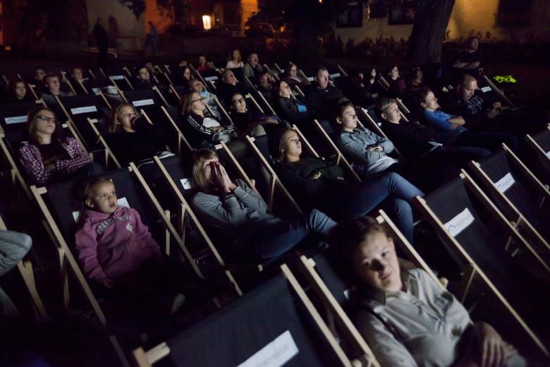"""Poznańskie kina pod chmurką zapraszają na kolejne seanse. W najbliższych dniach będzie można obejrzeć m.in. nagrodzoną w Cannes komedię """"Toni Erdmann"""""""