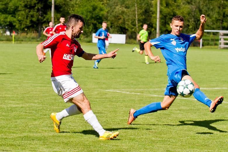 Marek Soczek (z lewej) starał się, szarpał i był sporym zagrożeniem dla drużyny Wisłoka Wiśniowa.