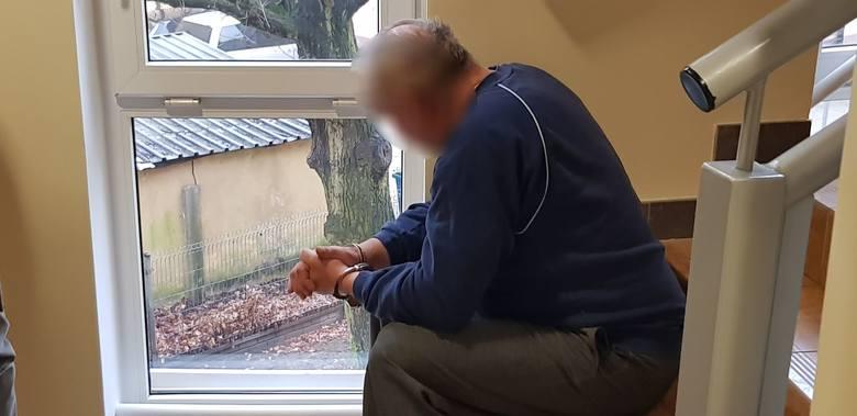 Sprawca okaleczenia dwóch osób kobiety i mężczyzny przy użyciu noża, 60 letni Ryszard D. w sobotę został doprowadzony do białogardzkiej prokuratury gdzie