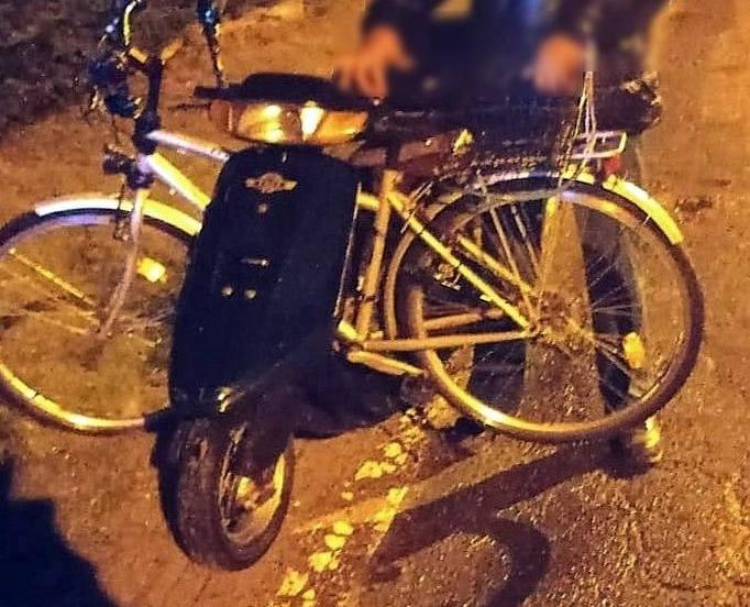 Pijany z dożywotnim zakazem wiózł rower na skuterze. Zobacz wideo