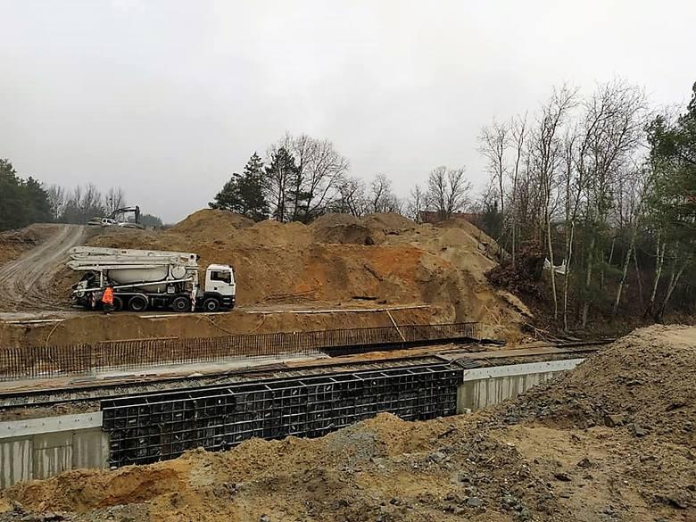 Przebudowa dróg na terenie Parku Przemysłowego Metalchem w Opolu idzie pełną parą. W realizacji jest m.in. nowy wiadukt nad torami. Więcej na kolejnych