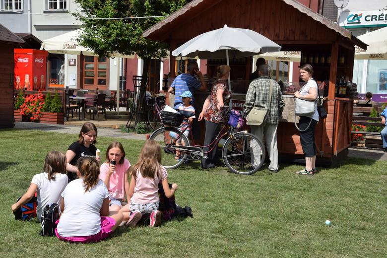 Na Rynku w Grudziądzu rozwinięto już trawę. Są otwarte już budki z ekologiczną żywnością i rękodziełem. Scena jest już gotowa na kapelę: Future Folk