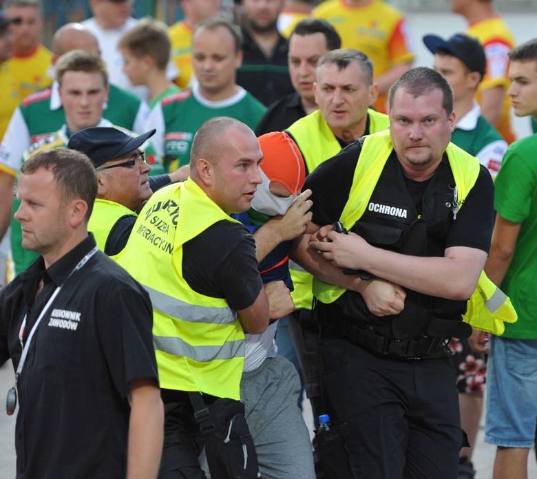 W trakcie meczu SPAR Falubaz Zielona Góra - Betard Sparta Wrocław czterech zamaskowanych kiboli chciało zabrać flagę z sektora kibiców gości. Wtargnęli