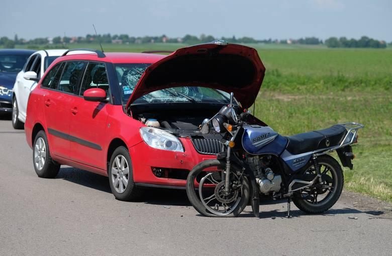 Do wypadku doszło w sobotę około godz. 10 w Nizinach w pow. przemyskim. 79-letni kierujący motocyklem jadąc w kierunku miejscowości Orły z niewyjaśnionych