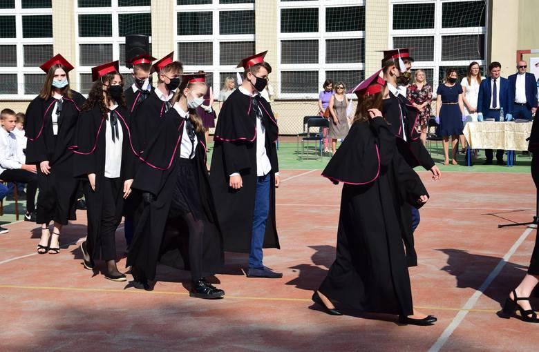 Zakończenie roku szkolnego w Szkole Podstawowej imienia Henryka Sienkiewicza w Oblęgorku było bardzo uroczyste. Uczniowie klas ósmych tradycyjnie mieli