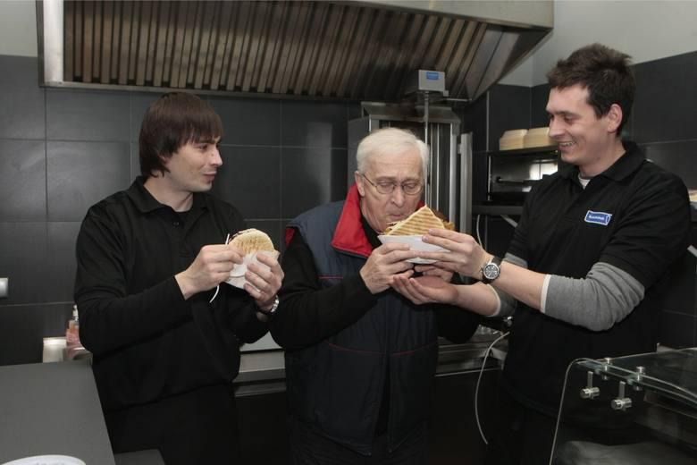 Znany aktor Michał Grudziński z synami Wojciechem i Maciejem, którzy prowadzą bar przy ul. Kraszewskiego. 7 stycznia 2011 r. Czytaj też: Andrzej Szozda
