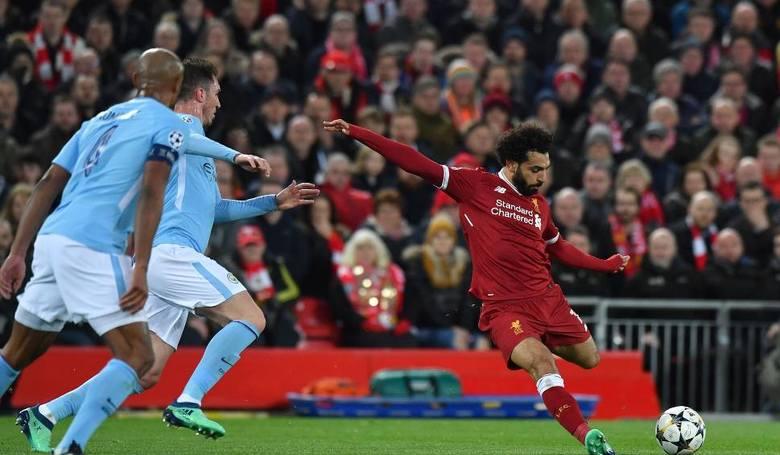 Po jednym golu dla Liverpoolu w obu meczach strzelił Mohamed Salah (z prawej)