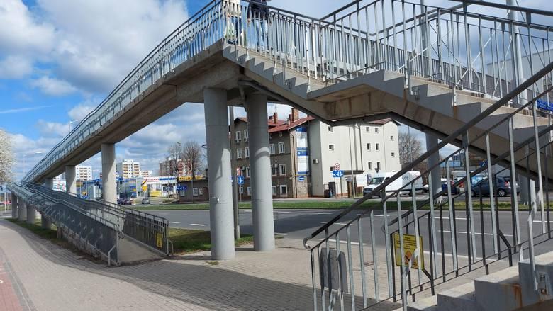Wiadukt nad ulicą Dąbrówki, prowadzący do centrum handlowego