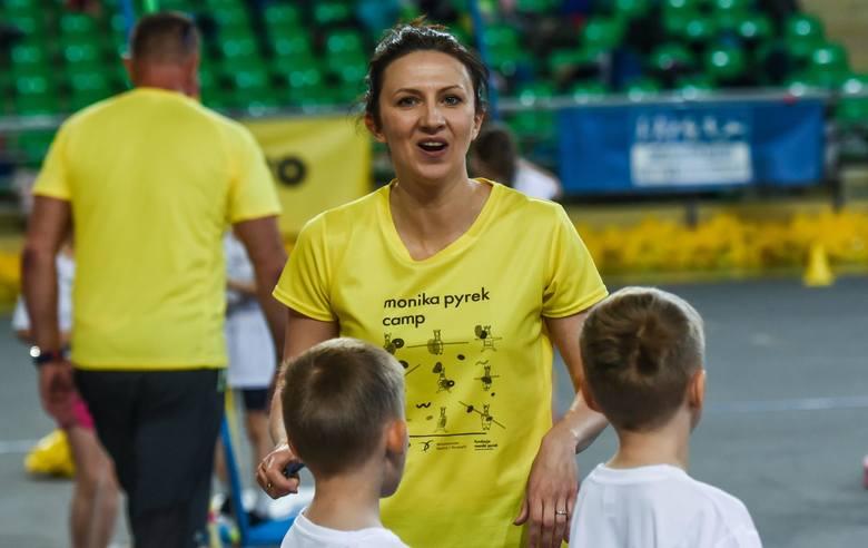 """Warsztaty były prowadzone pod okiem wykwalifikowanej kadry trenerskiej oraz """"Mistrzów Sportu"""". Podczas warsztatów dzieci wykonywały"""