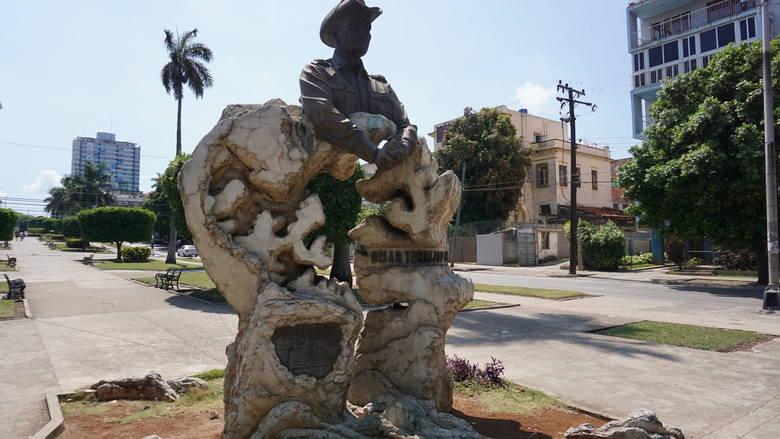 Avenida de Los Presidentes w Vedado, wzdłuż zielonego deptaka ustawiono popiersia przywódców z całego świata.