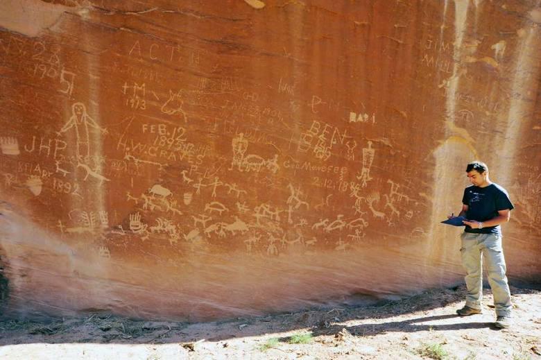 Inwentaryzacja i przygotowanie do dokumentacji rysunkowej i fotograficznej (metodą fotogrametrii) ogromnego stanowiska z indiańską sztuką naskalną w Kanionie Sandstone. Wizerunki zwierząt, ludzi, symboli geometrycznych, a także sceny walk i polowań zostawiała tam ludność Pueblo, a później Ute; w...