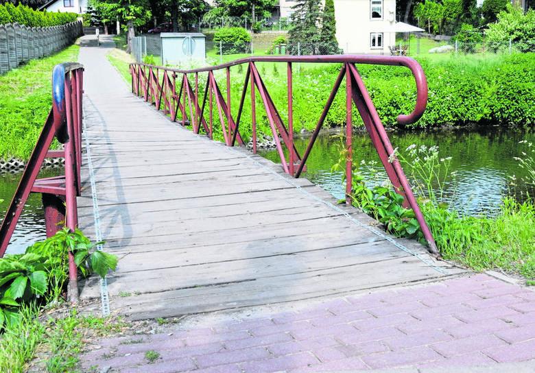 Kładka na rzece Łupi obok Bulwaru Przyjaźni zaczęła niebezpiecznie przechylać się na prawą stronę. Korzystający z niej obawiają się, że dojdzie do tragedii
