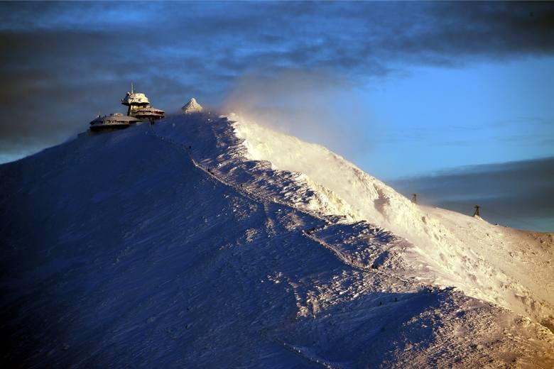 Śnieżka – nazywana  Królową Karkonoszy. To najwyższy szczyt Karkonoszy oraz Sudetów, jak również Czech, województwa dolnośląskiego, a także całego Śląska.
