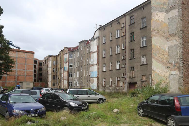 To miejsce to przykład barbarzyńskiego postępowania z kamienicami i ludźmi. Łamiąc prawo wysiedlono stąd ludzi, część kamienic sprzedano, inne niszczeją