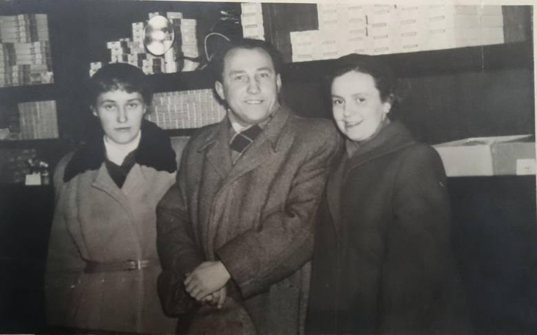 Gdańska 7, sklep foto-optyki w l. 50. Po prawej stoi Melania Łukowska. Zdjęcie ze zbiorów sklepu