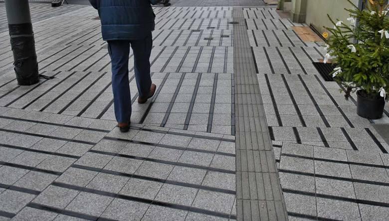 Remont ulicy Święty Marcin w Poznaniu zbliża się do końca. Nowy chodnik położony na reprezentacyjnej ulicy nie wszystkim przypadł do gustu.Przejdź do