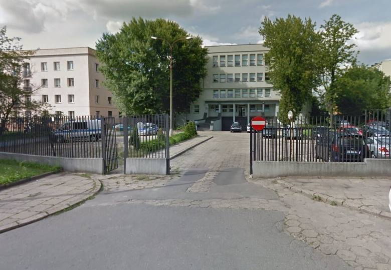 Podejrzany pakunek znaleźli w czwartek przed południem policjanci z V Komisariatu Komendy Miejskiej Policji w Łodzi na swoim parkingu. Wezwano policyjnego