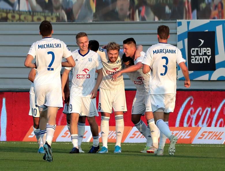 W sezonie 2019/20 - Pogoń przegrała w Szczecinie z Wisłą Płock 1:2, a w Płocku wygrała 3:2