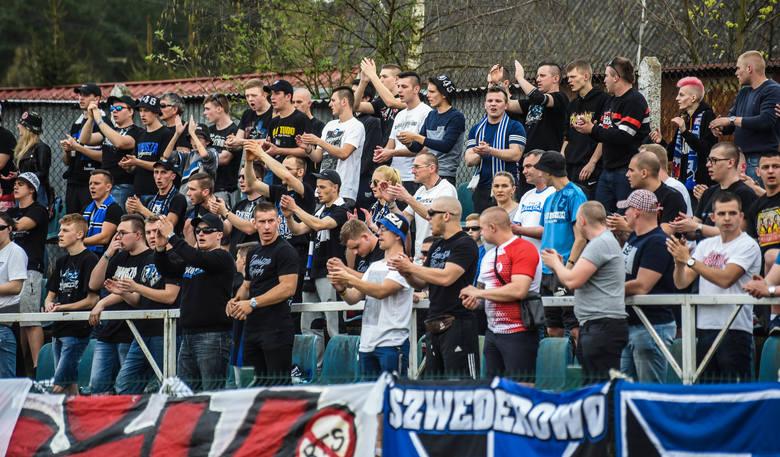 Ponad  pół tysiąca kibiców oglądało w Potulicach mecz A klasy miejscowego Dębu z Zawiszą Bydgoszcz. Spotkanie zakończyło się wynikiem 2:1 dla zawisz