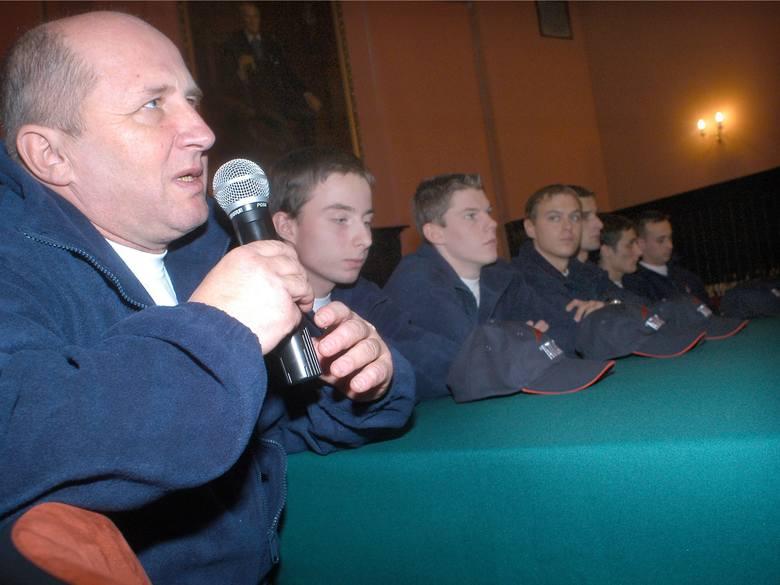 Konferencja z udziałem żużlowców WTS-u. Na pierwszym planie trener Marek Cieślak