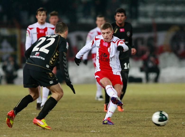 Piłkę zagrywa Maciej Iwański