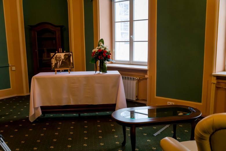 W Pałacyku Gościnnym i w dawnym budynku Książnicy Podlaskiej zostały wyłożone księgi kondolencyjne.