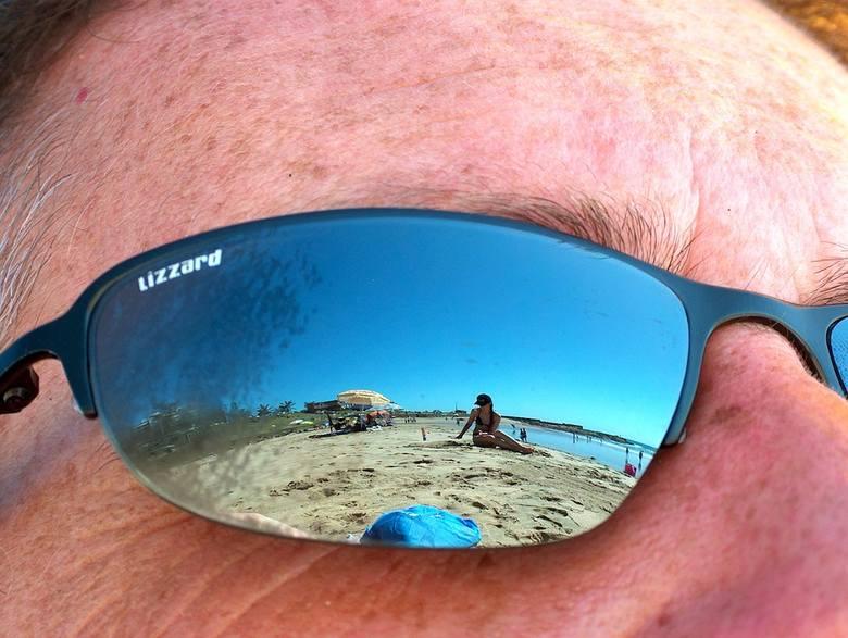 7. Wieczny obserwatorNie potrafisz oderwać wzroku od pięknych ciał? No cóż, widocznie w lustrze nie ma nic ciekawego. Załóż przynajmniej okulary, bo