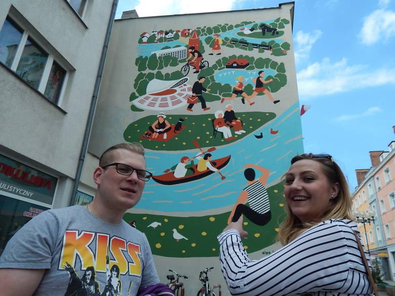 - Ten mural widać już z dworca PKP. Nawet jak ktoś nie zna Opola, to zauważy jego znane miejsca - mówią Marek i Justyna.