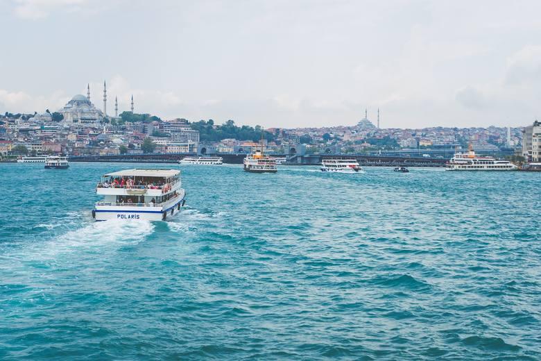 1. Najtańsze wakacje są w Turcji. Przeciętnie za tak kalkulowane wakacje w Turcji trzeba liczyć od 250 do300 zł za dzień. Jeden dzień w popularnej Alanyi
