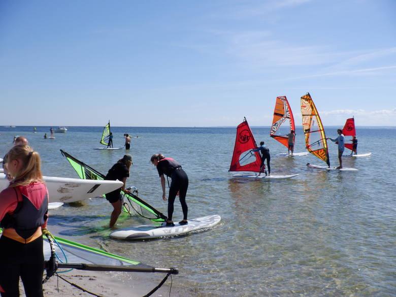 Z kuźnickiej plaży wypływają kursanci tutejszej szkółki windsurfingu