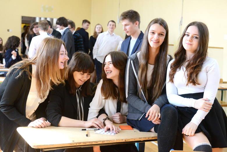 Uczniowie z Gimnazjum nr 6 w Zielonej GórzeW poniedziałek w gimnazjach rozpoczęły się egzaminy gimnazjalne 2016. W pierwszy dzień uczniowie piszą testy