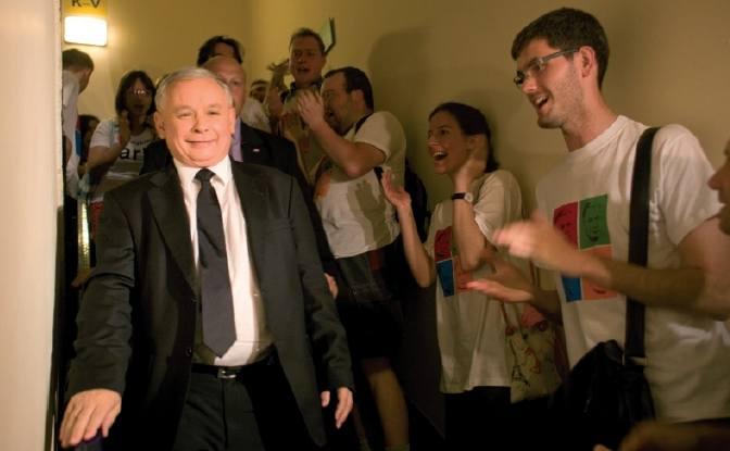 Jarosław Kaczyński prowadzi w nieoficjalnych wynikach wyborów prezydenckich po podliczeniu głosów z ponad połowy komisji wyborczych.