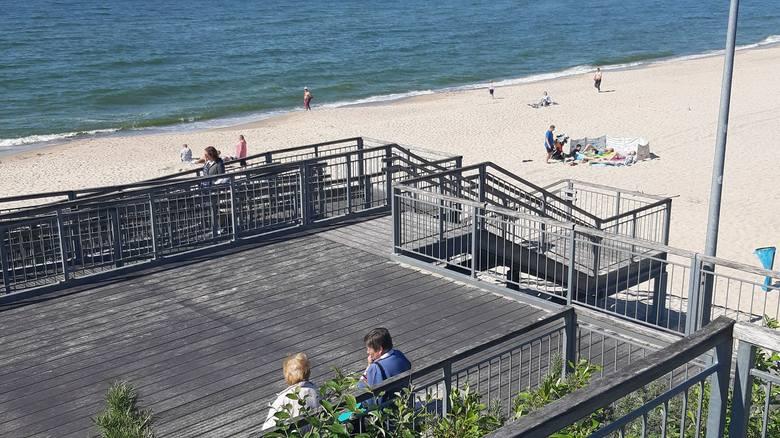 Piękna słoneczna pogoda zachęca do wybrania się nad morze. W Łazach tłumów nie ma, ale na plaży można spotkać już tych, którzy chcą skorzystać z cie