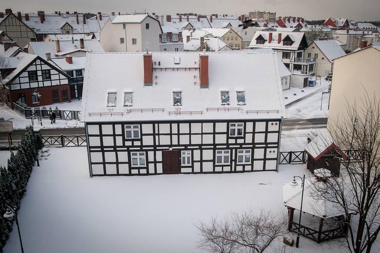 Zimowa aura i niskie temperatury nie odstraszają spacerowiczów. Zobacz zdjęcia Ustki w zimowej scenerii.