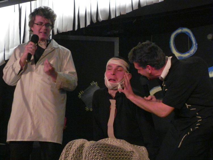 Kabareciarzom – Marcinowi Minkiewiczowi (z lewej) i Piotrowi Mozartowi Mocarskiemu (z prawej) towarzyszyli przyjaciele debiutujący na scenie (w środ