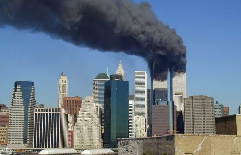 W zamachach z 11 września 2001 roku na Word Trade Center w Stanach Zjednoczonych zginęło prawie 3 tysiące osób. Zamachowcy uprowadzili cztery samoloty,