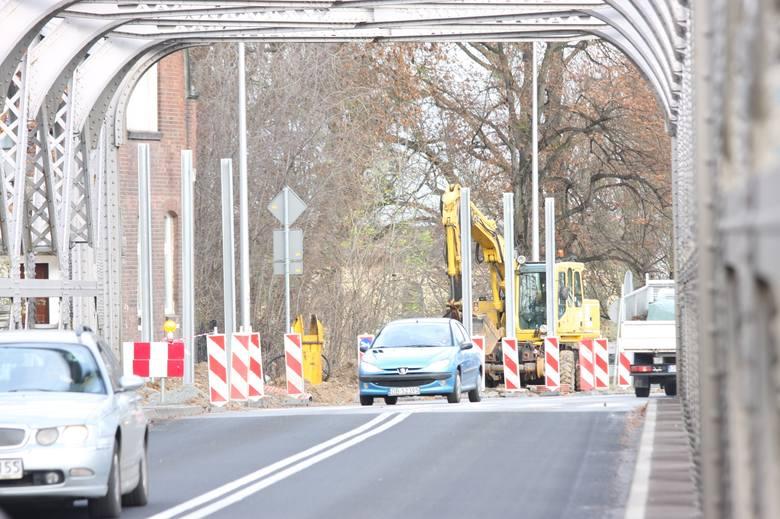 Na ulicy Krakusa w Brzegu opolski oddział Generalnej Dyrekcji Dróg Krajowych i Autostrad rozpoczął właśnie budowę ekranów dźwiękochłonnych.
