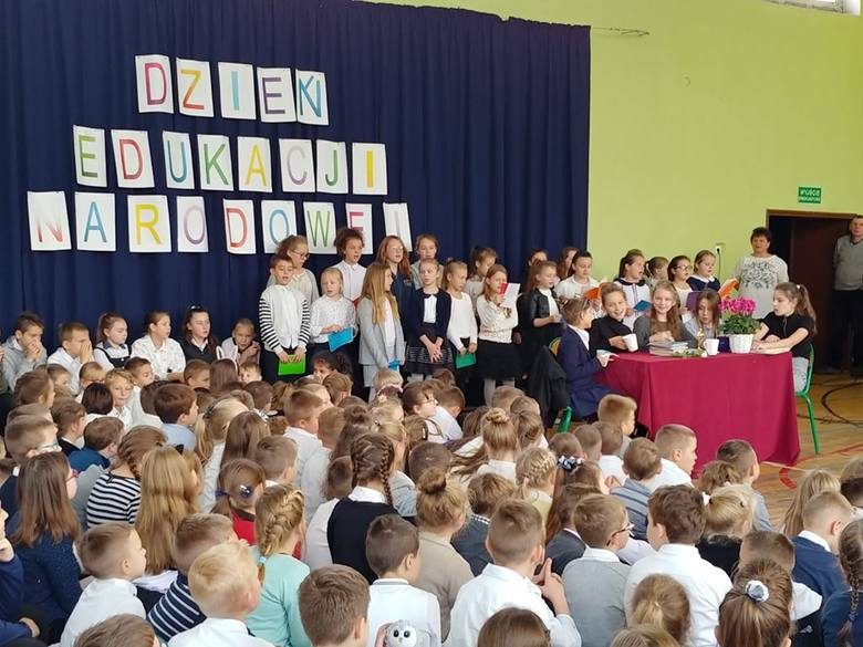W Szkole Podstawowej nr 1 w Sławnie obchodzono Dzień Edukacji Narodowej. Uczniowie zaprosili grono pedagogiczne oraz pracowników szkoły na wyjątkową