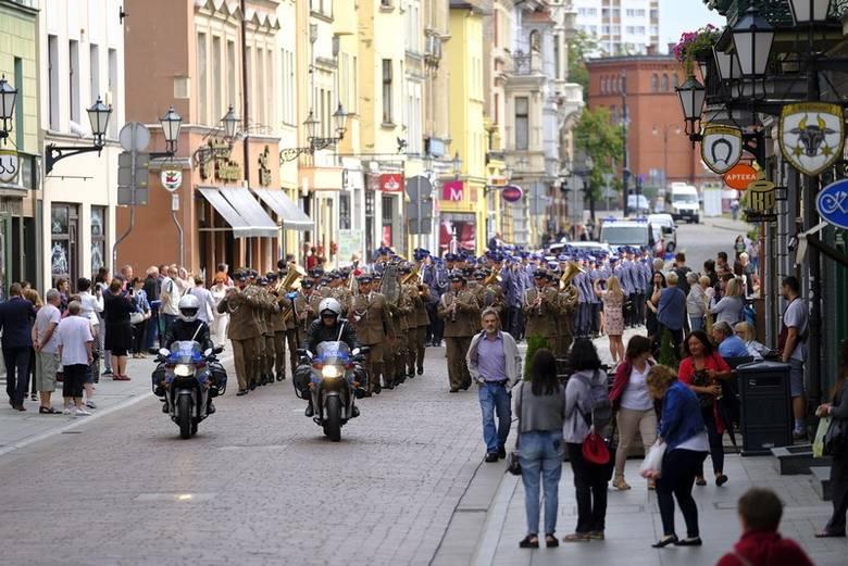 Dziś (16 lipca) ulicami starówki przeszła kolumna toruńskich funkcjonariuszy z okazji Święta Policji. Z Rynku Nowomiejskiego policjanci udali się do