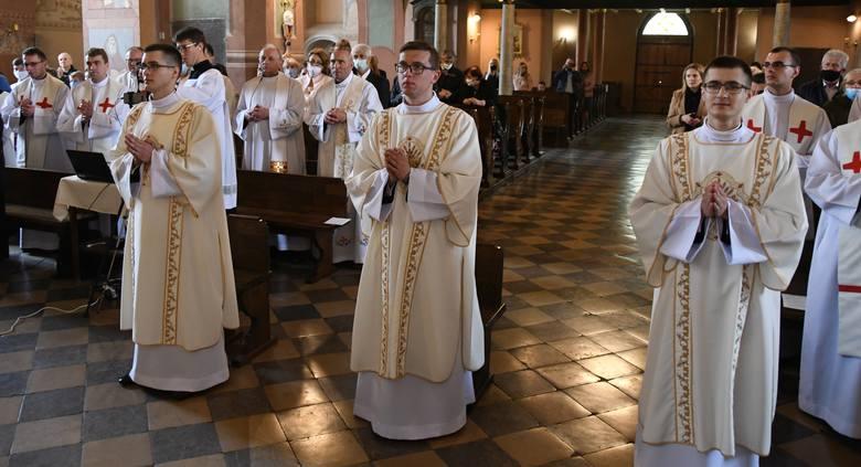 W kościele Trójcy Świętej w Jędrzejowie trzech alumnów piątego roku Wyższego Seminarium Duchownego w Kielcach przyjęło święcenia diakonatu. Uroczystą