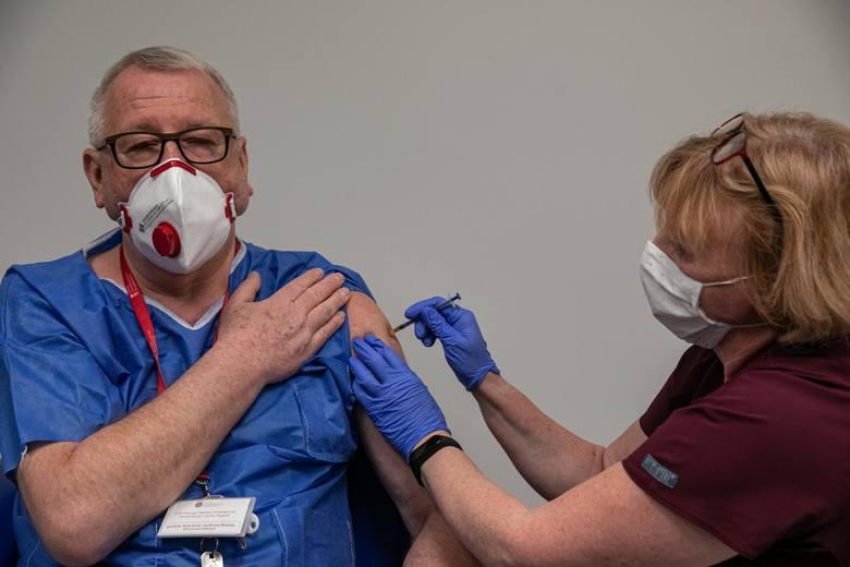 Prof. Andrzej Matyja, szef Naczelnej Izby Lekarskiej, zaszczepił się w pierwszej turze i robi wszystko, by zaszczepili się wszyscy.