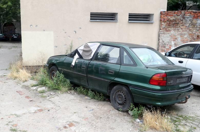 Bezdomny mieszka w samochodzie i odprawia liczne libacje. Wraki samochodów w Szczecinie to prawdziwy problem [ZDJĘCIA]