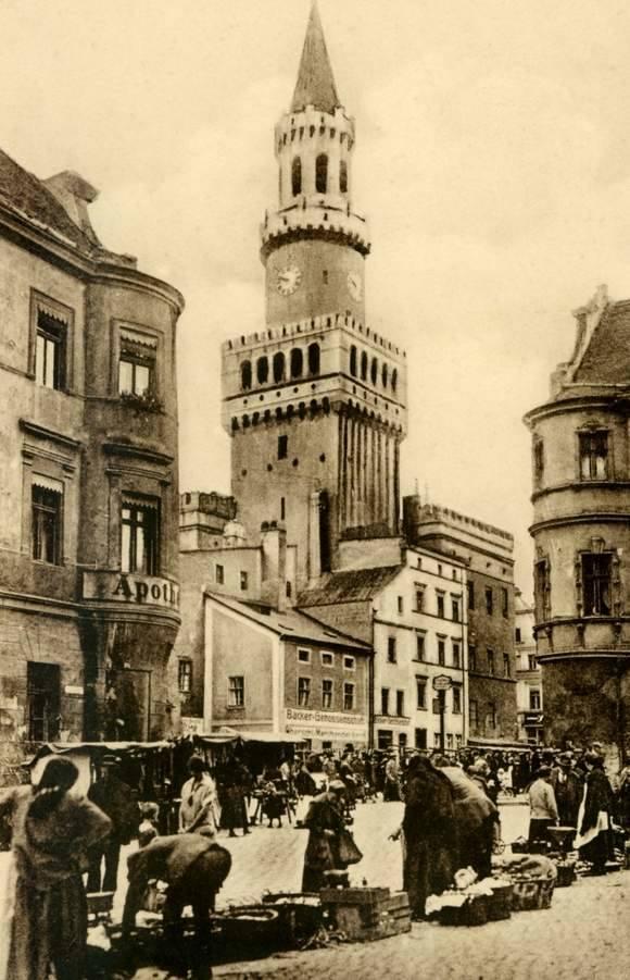 Kiedy na wieży pojawiły się pęknięcia, spodziewano się, że runie w stronę ulicy Zamkowej. Na szczęście właśnie tak się stało