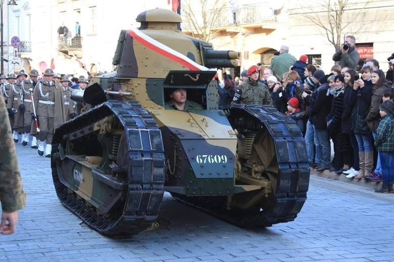 Czołg Renault FT-17 na Krakowskim Przedmieściu w swojej pierwszej oficjalnej defiladzie po odrestaurowaniu