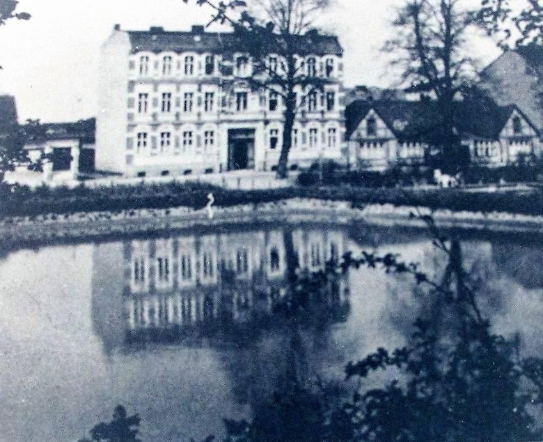 Jedno z najstarszych zdjęć zabudowy ul. Starzyńskiego, dawniej Bachstrasse, wykonane prawdopodobnie pod koniec XIX wieku, ukazuje skwer jak wielkie bajoro,