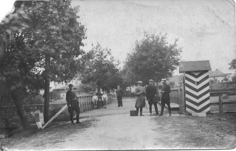 Przejście graniczne w Praszce na początku lat 30. ubiegłego wieku. Granicą polsko-niemiecką w Praszce był drewniany most na Prośnie. Rzeka ta oddzielała