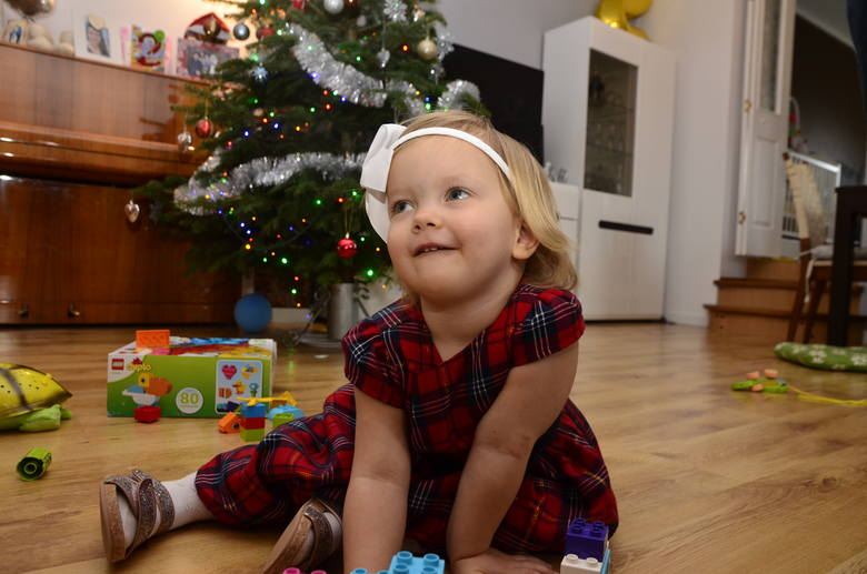 Dwuletnia Zosia Smura obecnie w niczym nie przypomina dziewczynki, która jeszcze niedawno codziennie płakała z bólu i spędziła trzy miesiące w szpitalach