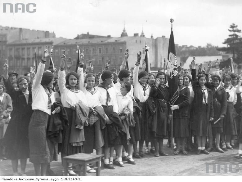 """Moment ślubowania """"na wierną służbę Ojczyźnie"""" abiturientów warszawskich szkół powszechnych przed Grobem Nieznanego Żołnierza."""