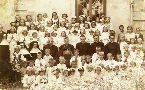 Zdjęcie wykonane w 1943 roku. Ks. Stanisław Bomba siedzi jako trzeci z lewej w pierwszym rzędzie za dziećmi. Obok bp Czesław Kaczmarek.
